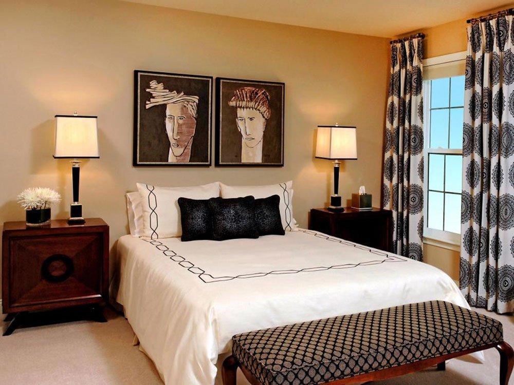 Современная спальня со шторами с абстракцией