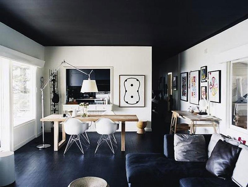Черный потолок в гостиной в современном стиле
