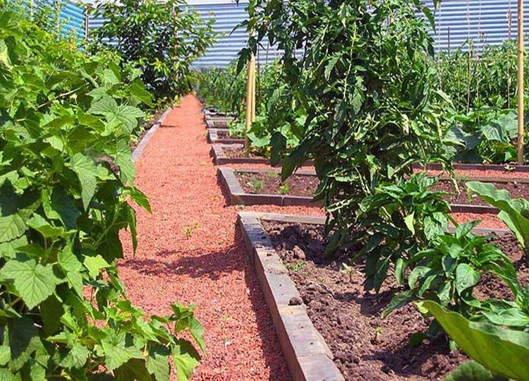 Идея для дорожек на даче из материала для грунтовых кортов