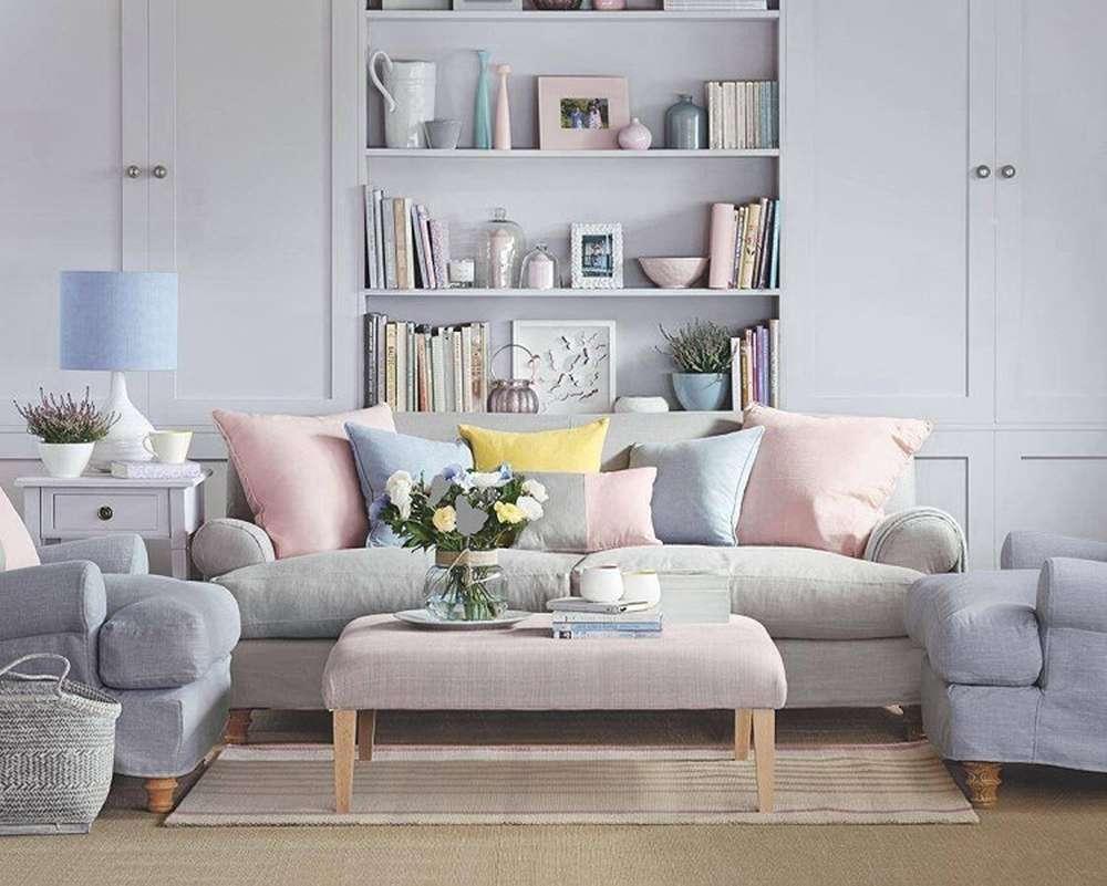 Сочетание серого, розового и голубого в интерьере гостиной
