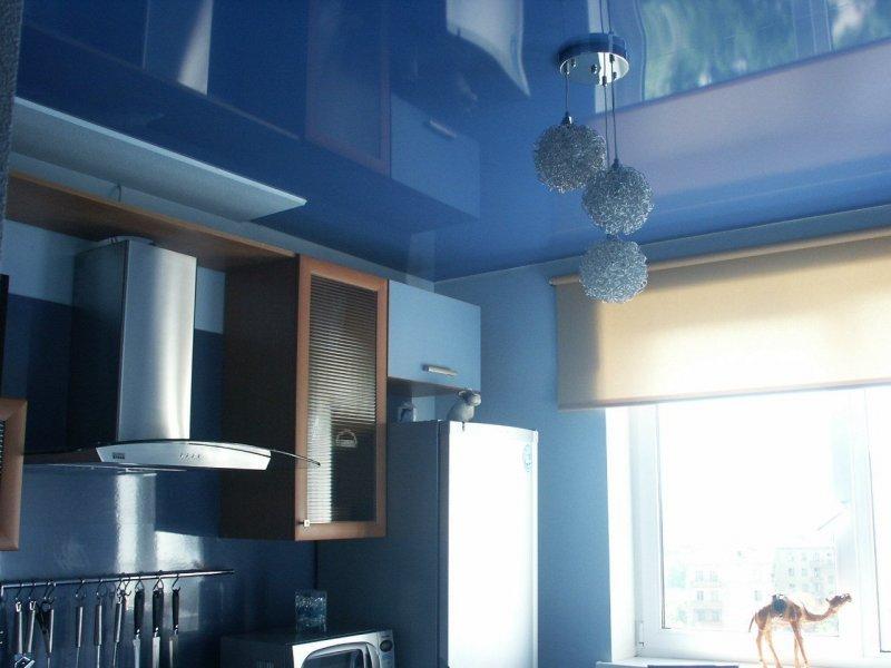Почему на кухню лучше сделать натяжной потолок, а не шпатлевать?