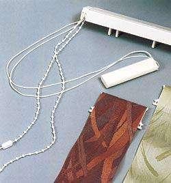 Основные составляющие вертикальных жалюзи: карниз с цепочкой и веревкой управления и тканевые ламели