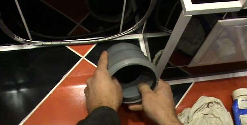 Угловая труба канализационного слива унитаза