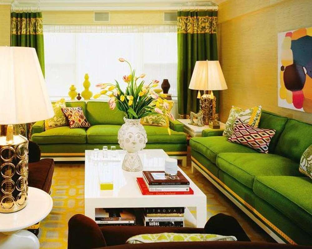 Зеленый диван в красивом интерьере