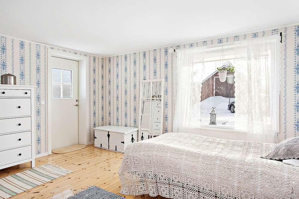 Интерьер спальни в стиле кантри с использованием кружева