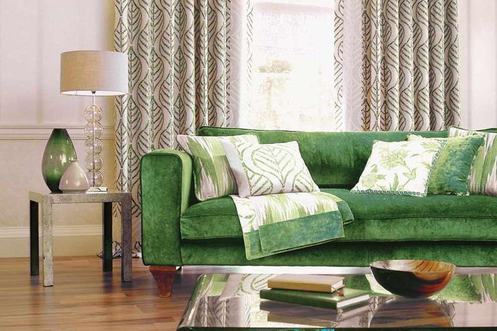 Темно-зеленый диван в интерьере