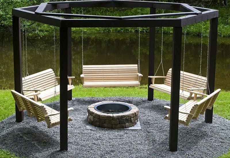 Качели и подвесные кресла как посадочные места вокруг кострища фото 1