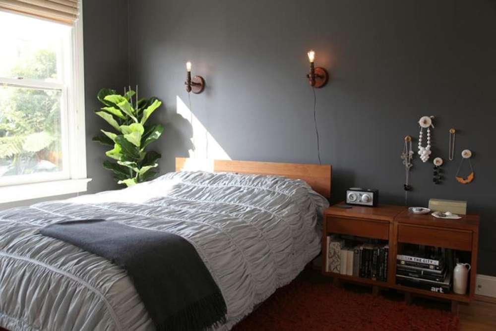 Серая стена в солнечной спальне