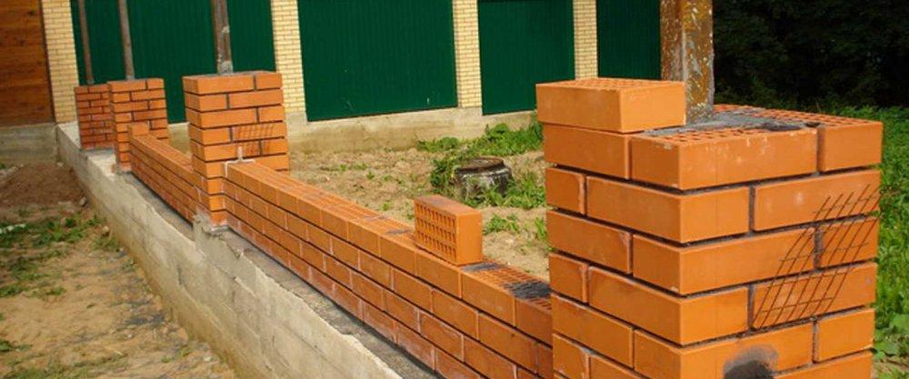 Строительство заборa, установка забора, забор из камня