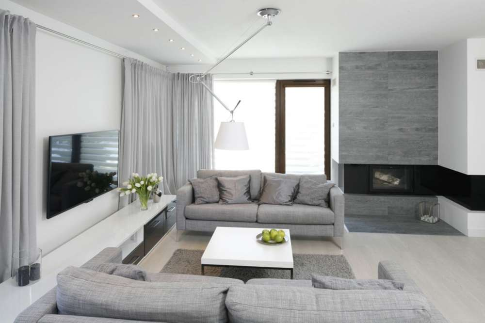 Сочетание серых - дивана, стен и штор