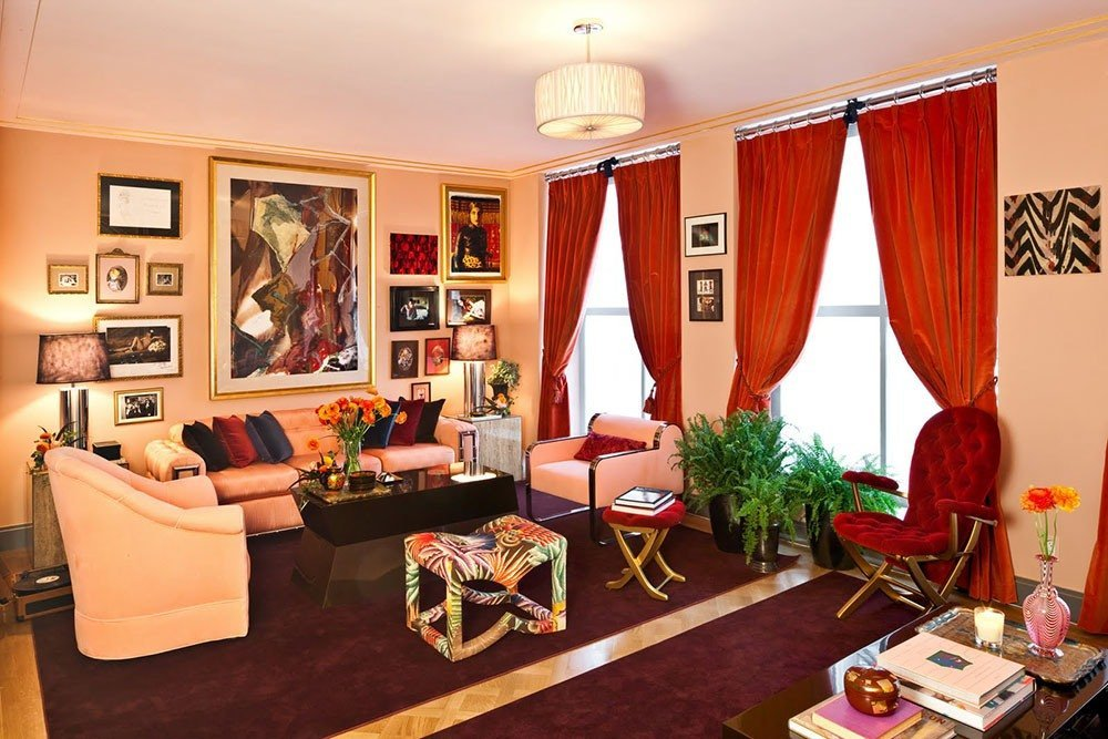 Красные шторы как яркое пятно интерьера гостиной