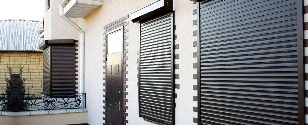 Рольстанки установленные на окна и двери дома