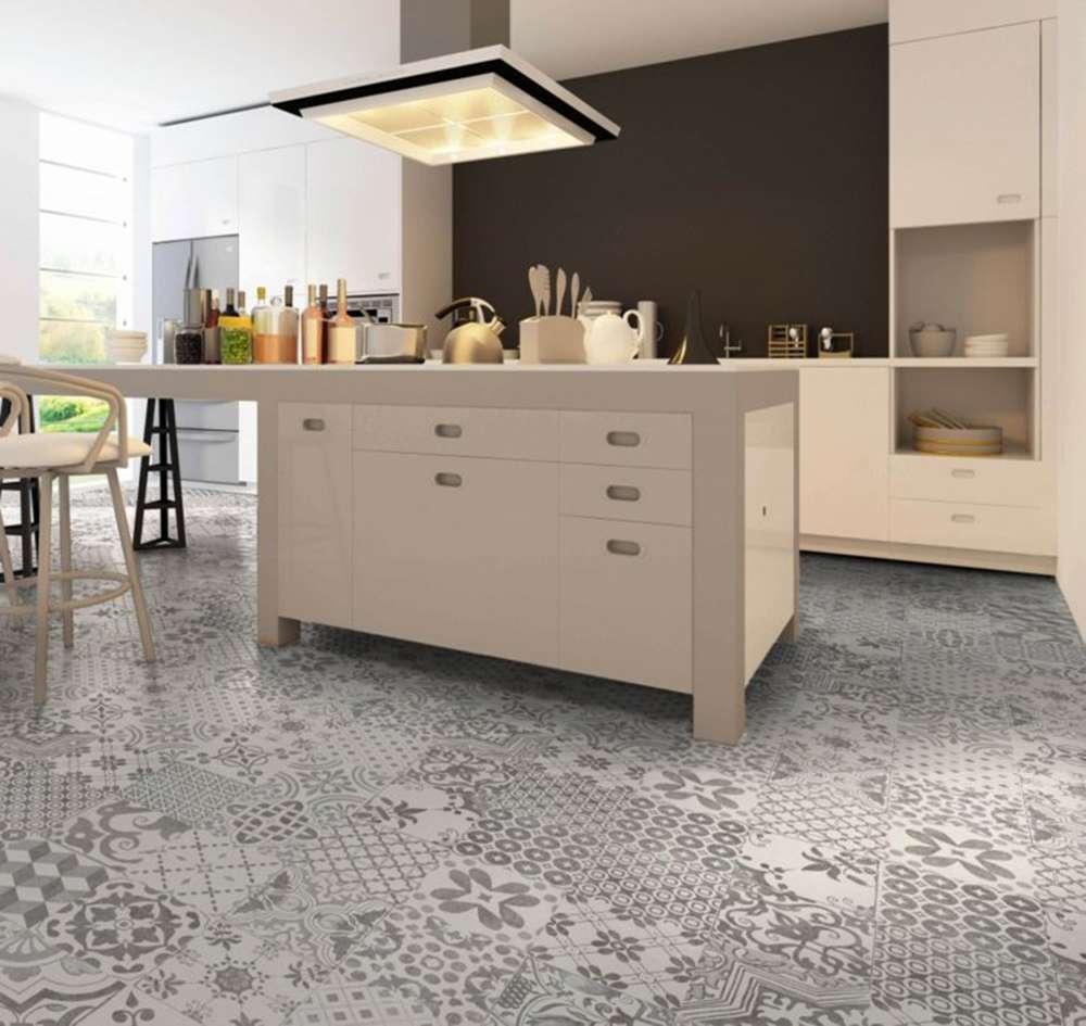 Серый пол на кухне в сочетании с цветом кофе с молоком