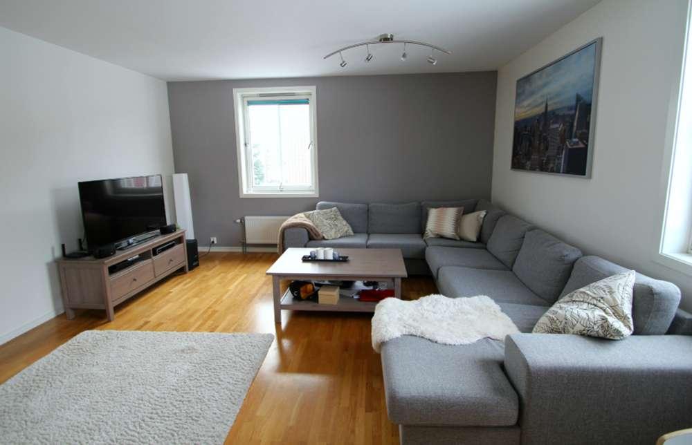 Сочетание серой мебели и серых стен