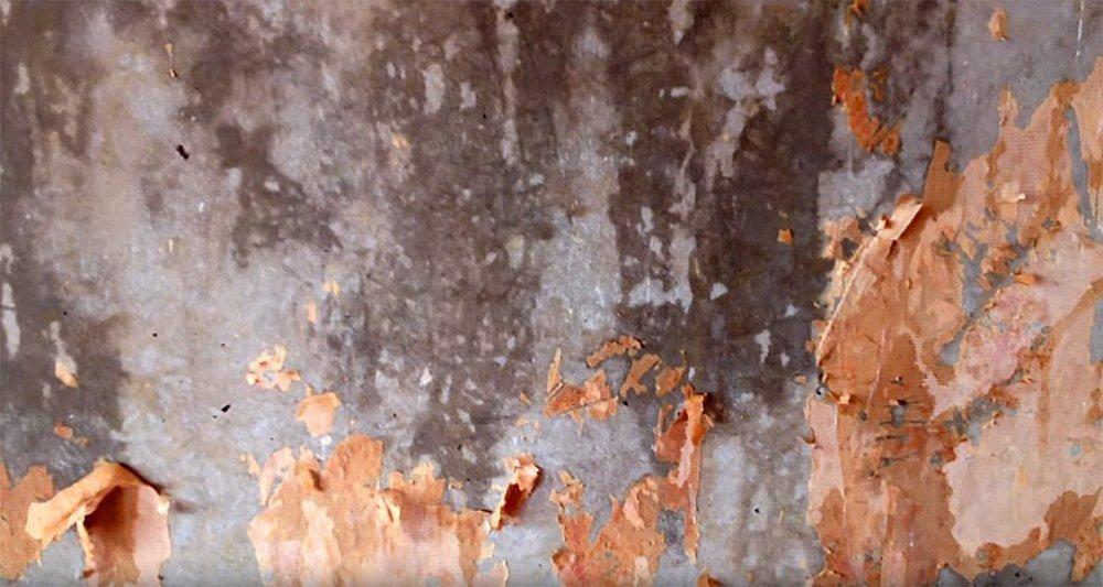 Очистка стены от обоев теплой водой