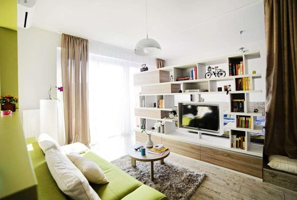 Зеленый диван в урбанистическом стиле