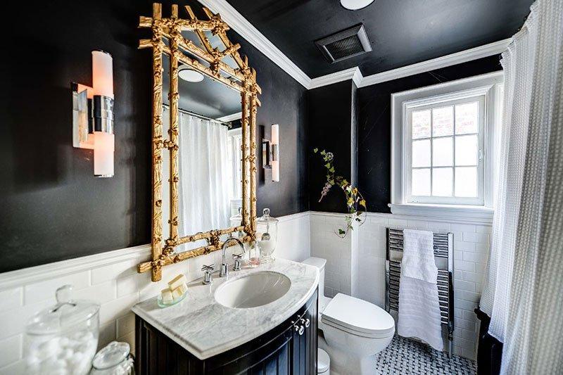 Оригинальное сочетание черного потолка и стен в интерьере ванной