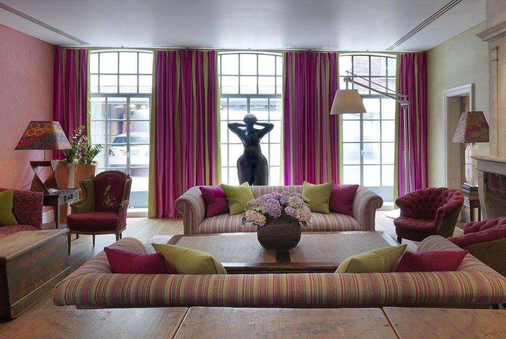 Сочетание штор с текстилем дивана и цветом стен