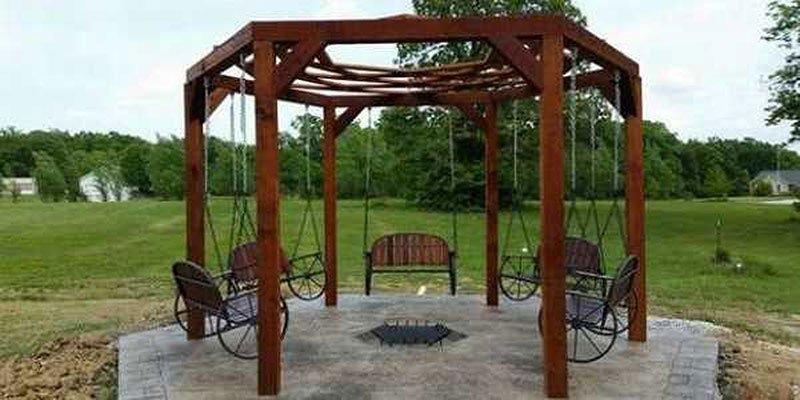 Качели и подвесные кресла как посадочные места вокруг кострища фото 2