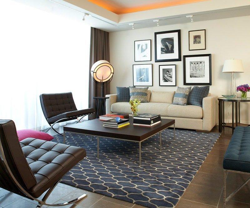 Ковер в интерьере современной гостиной сочетается цветом с мебелью