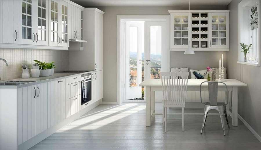 Разные стулья - украшение интерьера кухни в скандинавском стиле
