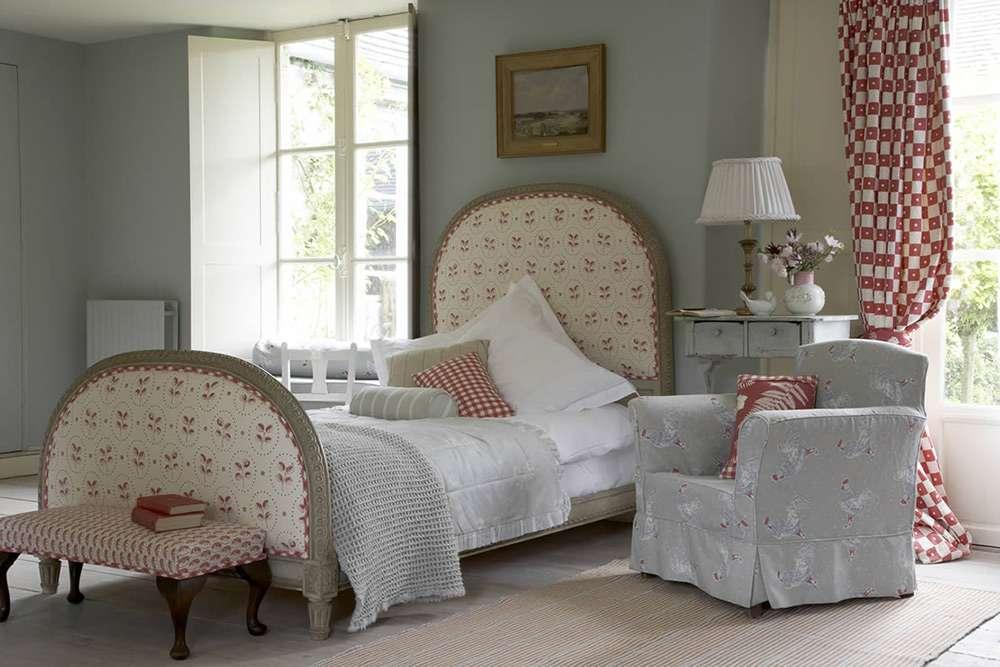 Простой интерьер спальни в стиле кантри