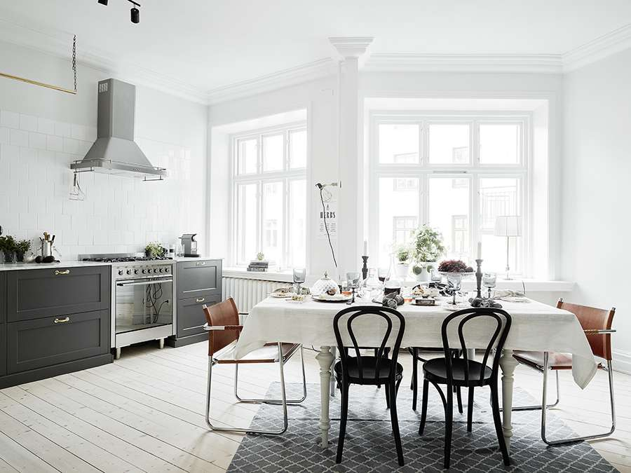 Много пространства и света на кухне в скандинавском стиле