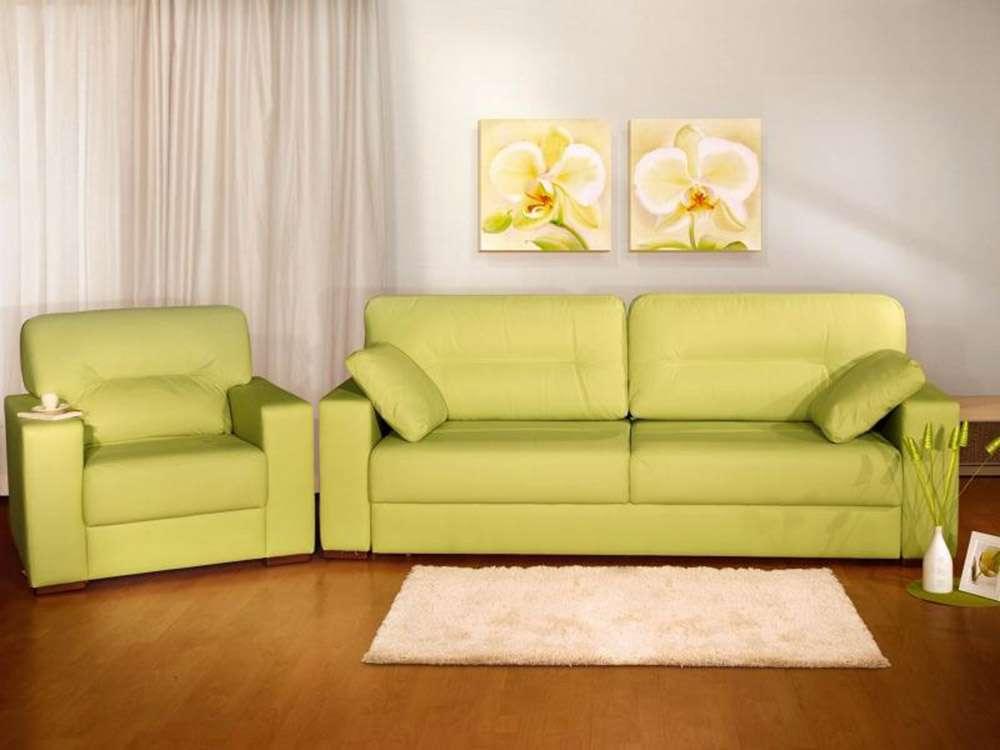 Светло-зеленый диван в интерьере гостиной
