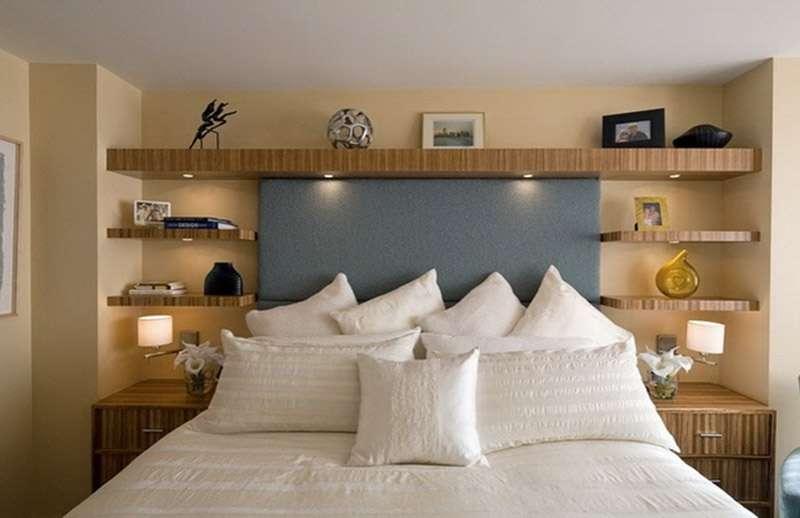 Симметричные настенные полки в спальне