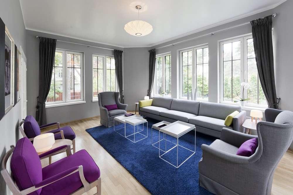 Сочетание серого, синего и фиолетового в интерьере гостиной