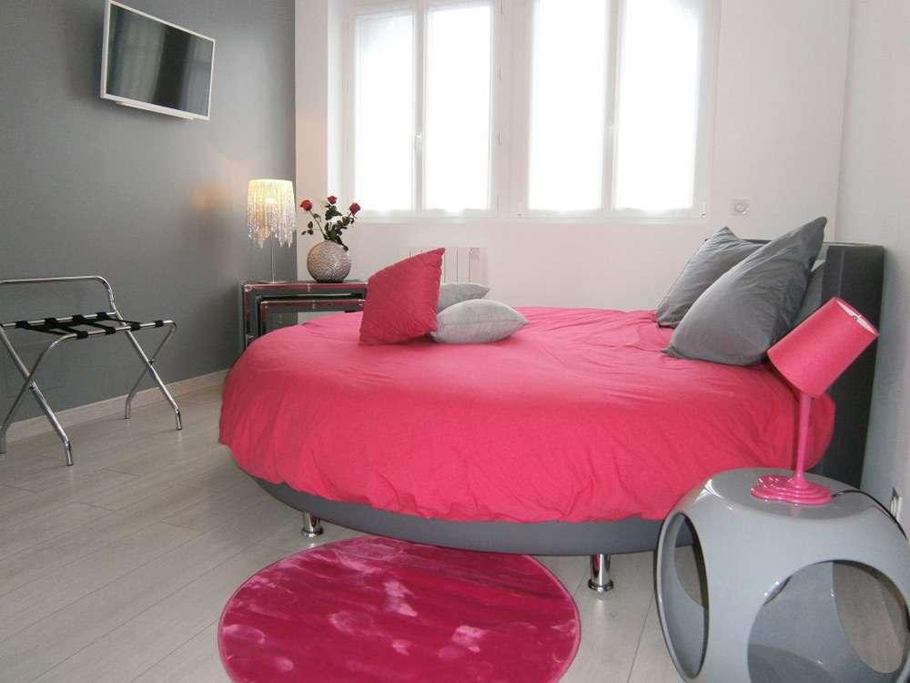 Розовый цвет очень подходи для интерьера спальни в романтическом цвете