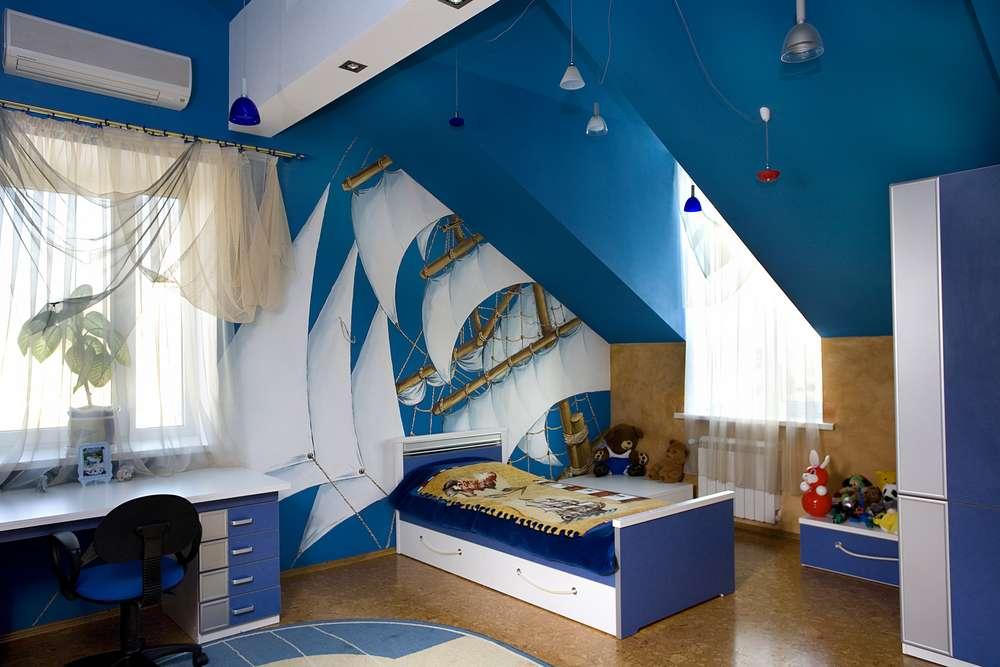 Очень удачное решение сделать из мансардной комнаты - детскую комнату