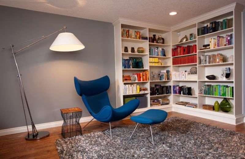 Угловые полки для гостиной с книгами