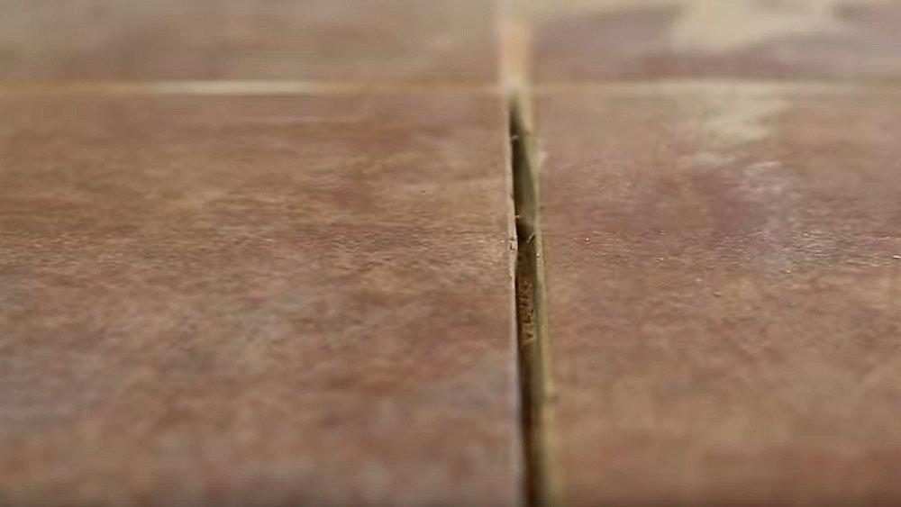 Распил болгаркой шва между плитками для последующей замены