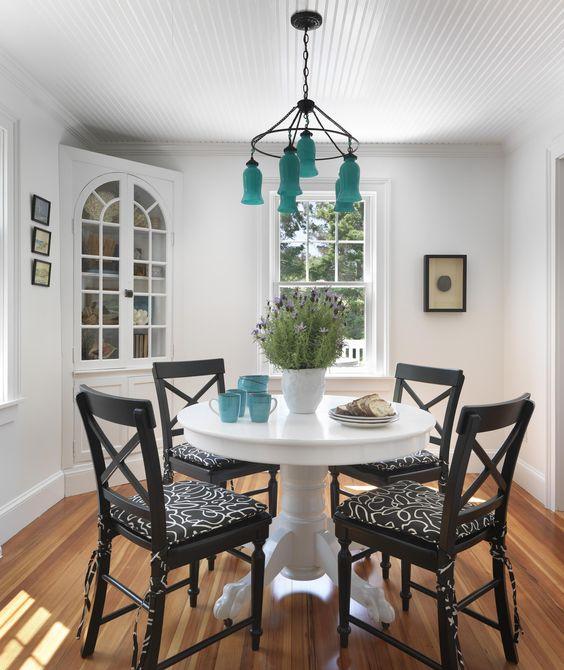 Столовую зону можно разместить и на веранде загородного дома.