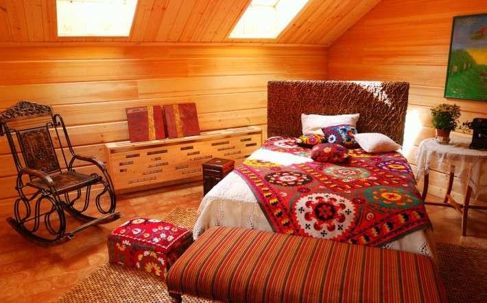Сделайте свой выбор на легких тканях для комнаты на мансарде