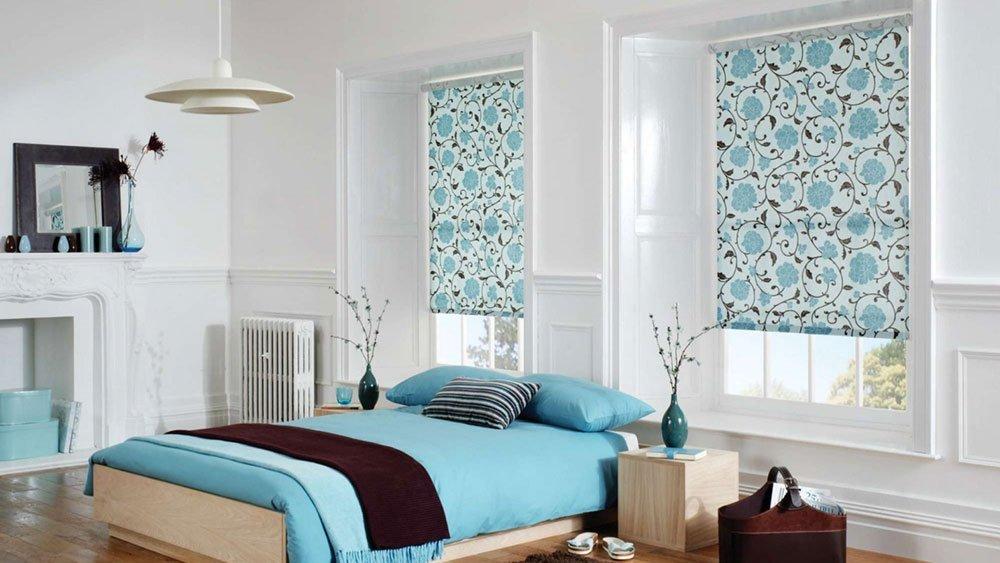 Красивые римские шторы в оформлении спальни