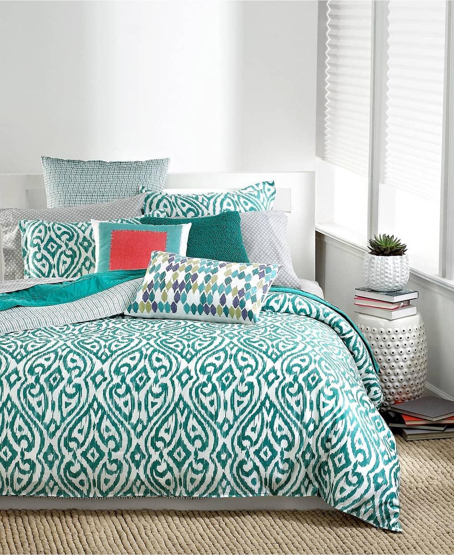 Декоративные подушки в интерьере в холодных тонах