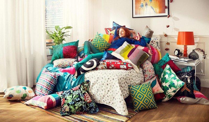 Девушка лежит вся в подушках