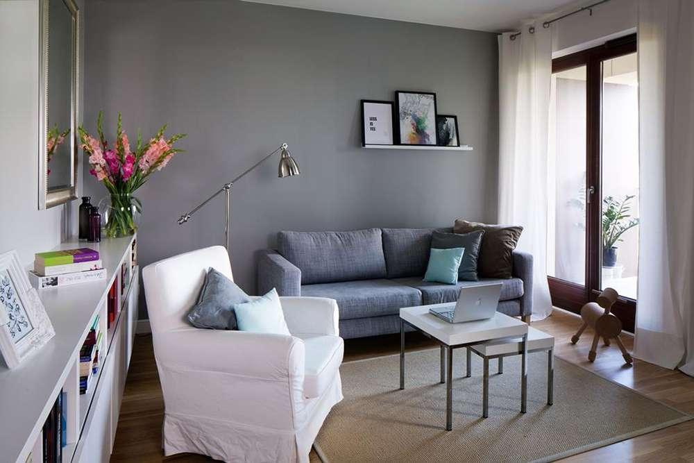 Сочетание стен серого цвета и светло-серого дивана