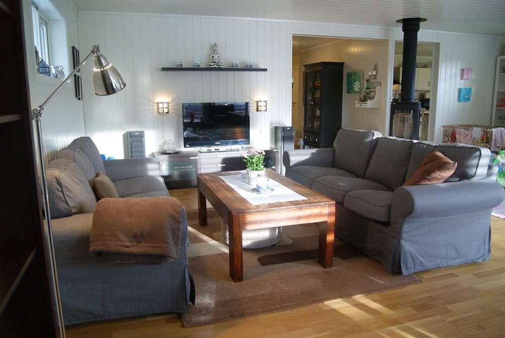 Темно-серый диван в интерьере гостиной