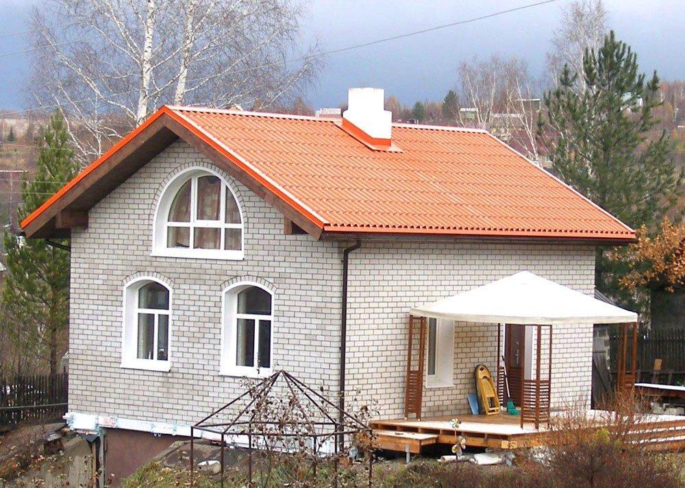 Пример использования окрашенного шифера в частном домостроении. Фото из архива комбината «Волна»