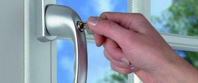 Защита пластиковых окон от проникновения: бронирующие пленки и оконная фурнитура