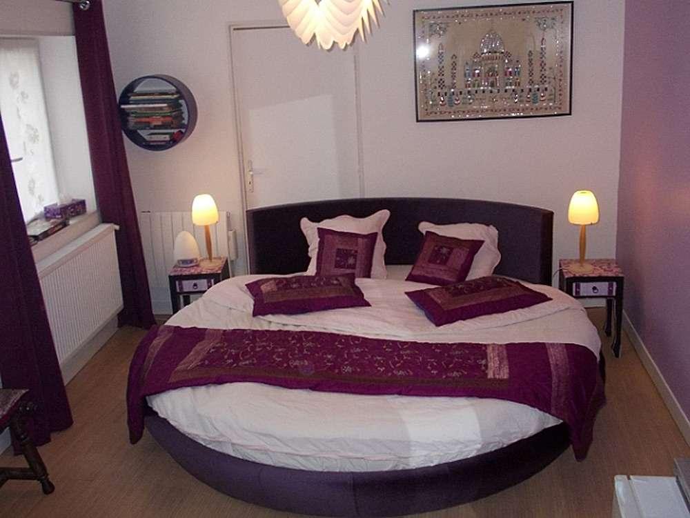 Круглая кровать - самый подходящий вариант для интерьера спальни в романтическом стиле