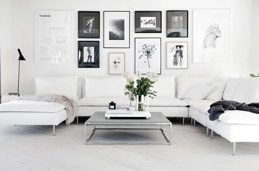 Черно-белые картины на белой стене - признак скандинавского стиля в интерьере