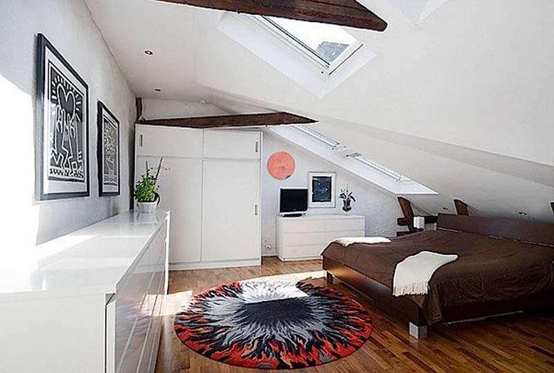 Для мансардной комнаты выбирайте невысокую мебель