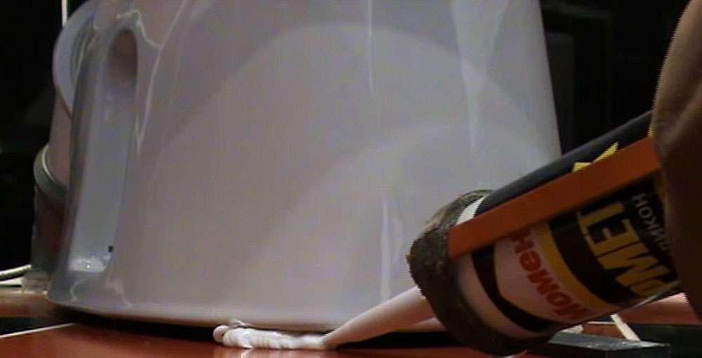 Силиконовый герметик для крепления унитаза к полу