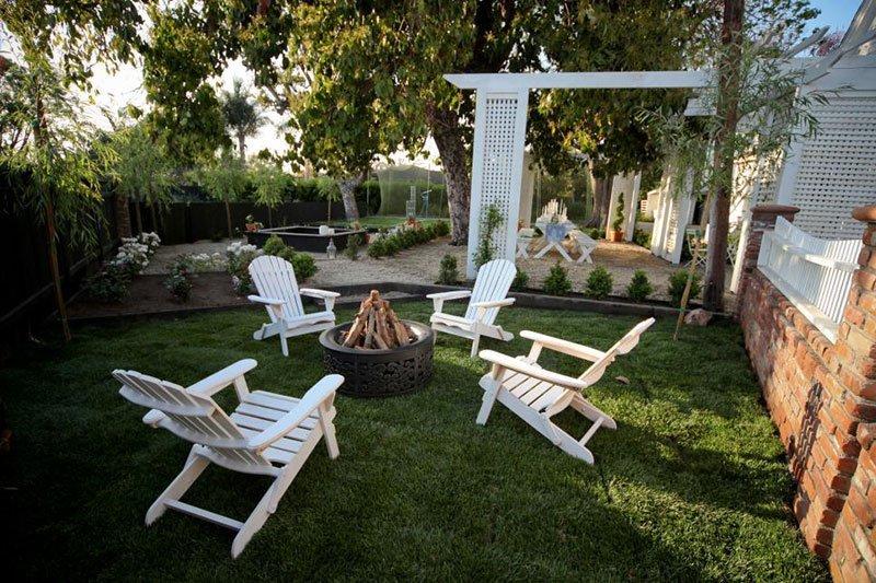 Глубокие кресла как посадочные места вокруг кострища фото 2